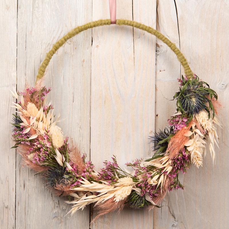 Floral Hoop, Blumenring, Metallring mit Trockenblumen, grün, naturfarben, rosa, orange und blau, untere Hälfte mit Blumen gestaltet, obere Teil mit Wolle umwickelt