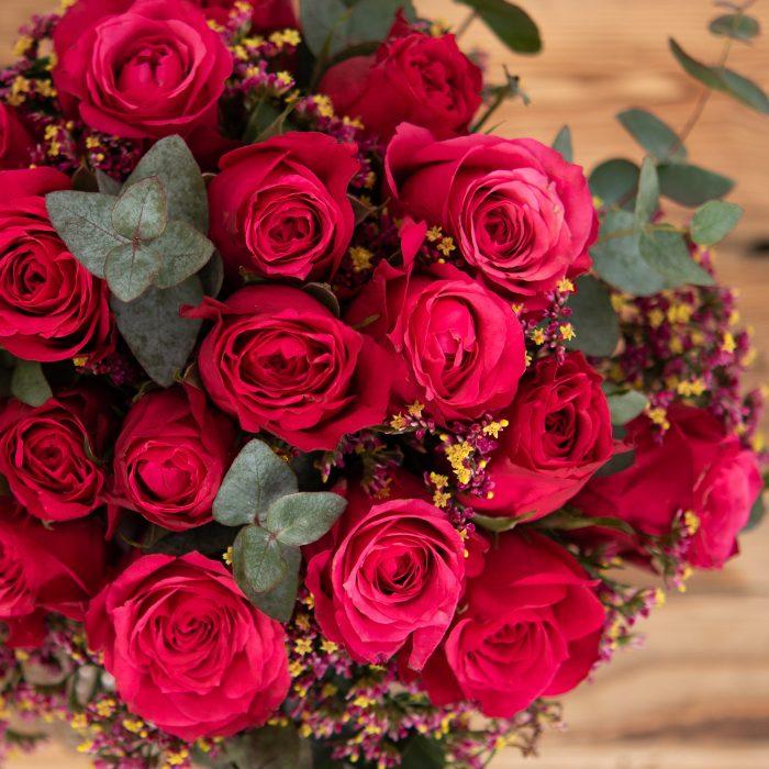 Blüten der roten Rose im Bouquet