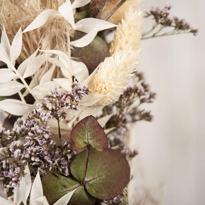 Detailansicht vom floral hoop, flower wreath Heidi, Strandflieder, Ruskus