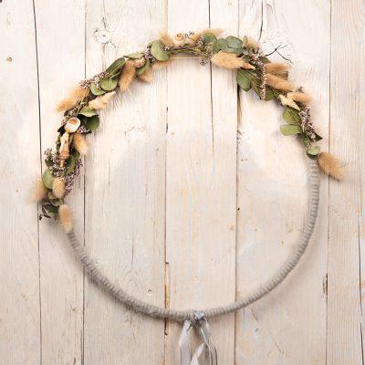 mit leeren Schnecken und Muscheln gestalteter Blumenring, Trockenblumen-Dekoration, Floral Hoops
