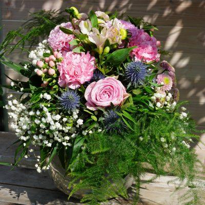 rund gebundener Blumenstrauss mit Blumenstrauß mit Blüten der rosa Nelke, rosa Dahlie und rosa Rose