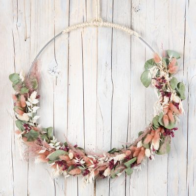 Flower Hoop: großer Trockenblumenkranz Altrosa, Naturfarben und Dunkelrot, Durchmesser ca. 45 cm, mit Eukalyptus, Glanzgras, Federgras, Strandflieder und Ruscus