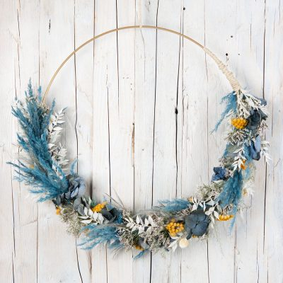 Blumenkranz, Blumenring zu zwei Drittel mit Trockenblumen gebunden, vorwiegend blau mit naturfarbenen und gelben Akzenten
