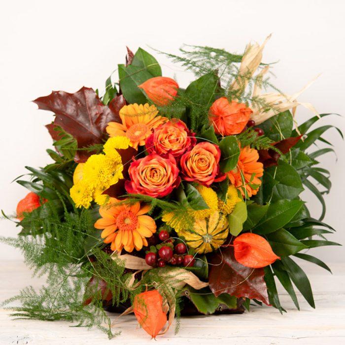 Herbst-Strauss, Blumenstrauß rund gebunden mit orangener Gerbera, Physalis, Zierkürbis, Rose beim Blumenversand Interfleur