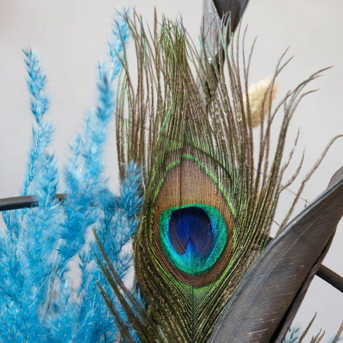 Deko-Ring mit Pfauenfeder, blauem Pampasgras, frei stehend