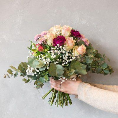 Blumenstrauß mit Rosen, Nelke und Inkalilie
