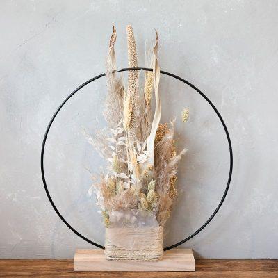 Eliah Deko-Ring mit Trockenblumen, naturfarben, Trockenblumen und Gräser sind mittig arrangiert, schöne Dekoration für Tisch oder Fensterbank