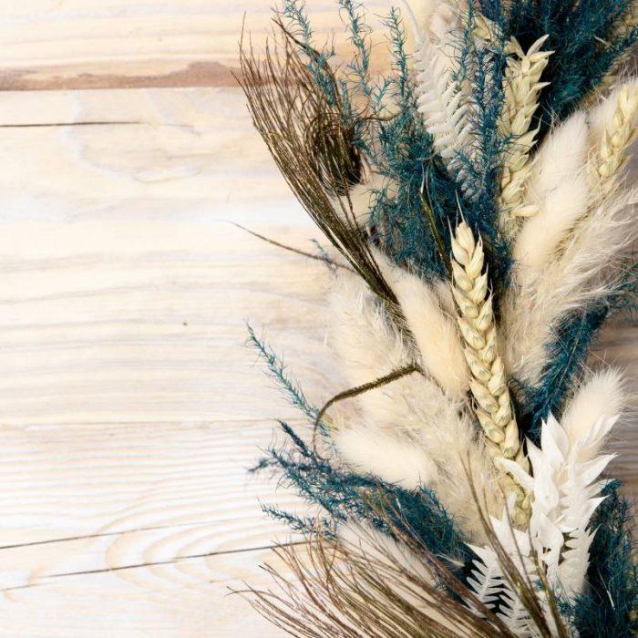 Flora Blumenring im Boho-Style, Detailansicht Getreide und blau gefärbtes Pampasgras