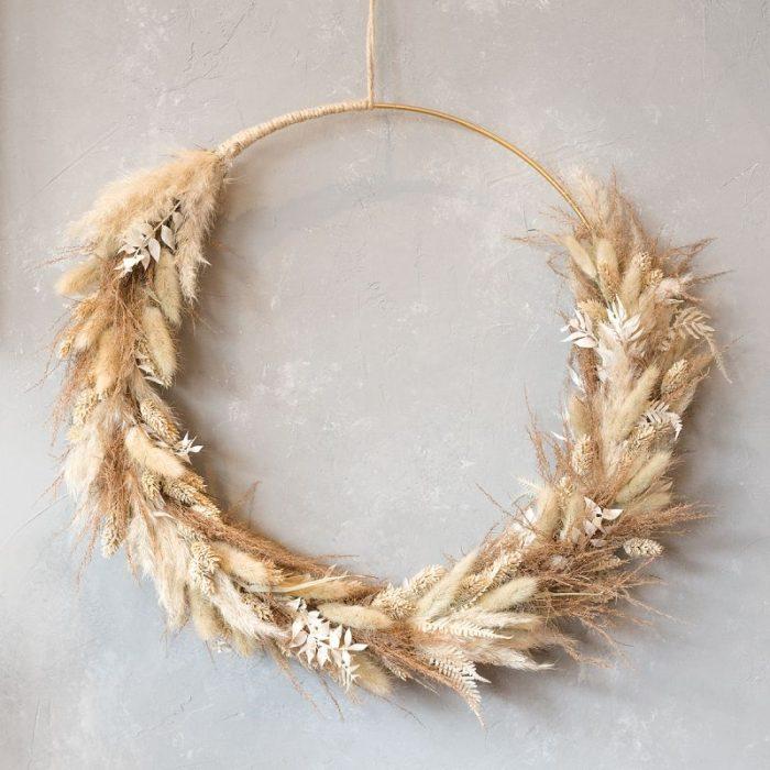 Blumenring, Blumenkranz Dry Flower Hazel, naturfarben dekorierter Ring mit weiß gebleichtem Ruskus als Kontrast