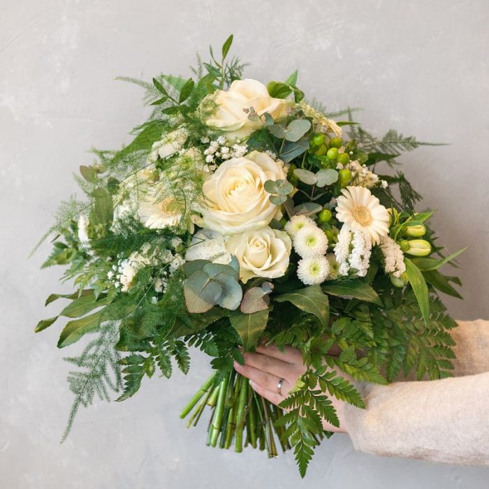 weiß grüner Blumenstrauß mit Gerbera, Rose, Alstromeria