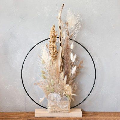 Leon stehender Deko-Ring mit Trockenblumen, naturfarben, Trockenblumen und Gräser sind mittig arrangiert, schöne Dekoration für Tisch oder Fensterbank