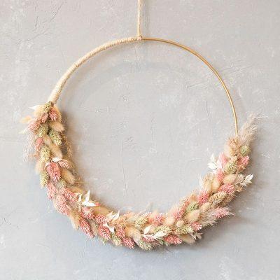 Flower Hoop, Trockenblumenkanz, Trockenblumen wie Pampasgras, rosa Lagurus und Ziergräser um goldfarbenen Metallring gearbeitet, Durchmesser ca. 30 cm, Versand und Lieferung, einfach online bestellen