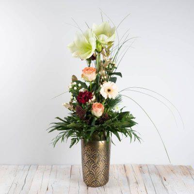 Marlena Blumenstrauß zu Weihnachten mit weißer Amaryllis und cremefarbener Gerbera, goldfarbener Eukalyptus