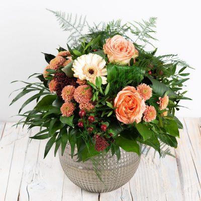 zauberhafter Blumenstrauß mit Rose, Gerbera in Apricot, Hypericum, Santini, rund gebunden