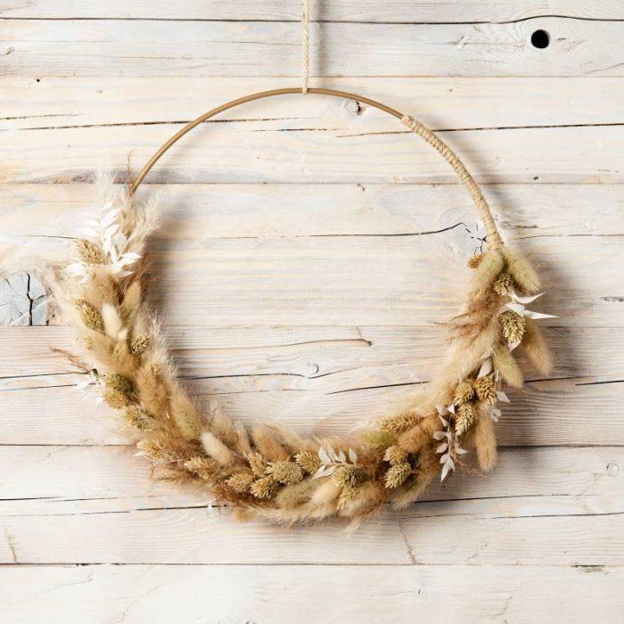 Naturfarbener Trockenblumenkranz, Blumenring zu zwei Drittel mit Trockenblumen und Gräsern gestaltet, Dekoration Flower Hoop zum Aufhängen