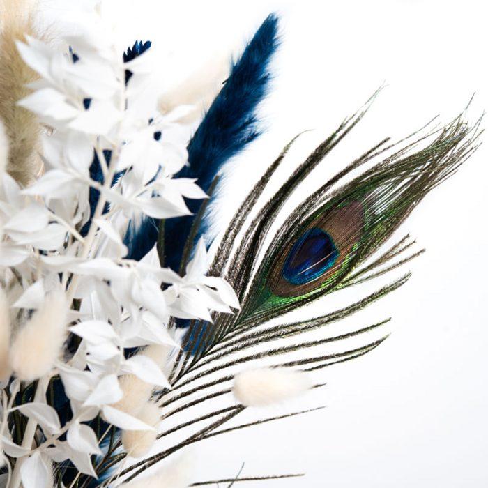 Celine Trockenblumen, Pfauenfeder und Ruskus in den Farben blau, weiß, natur