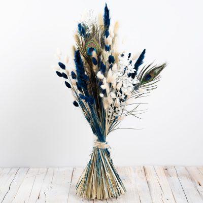 Trockenblumenstrauß mit Pfauenfeder, blauen und naturfarbenen Gräsern, hoch und gestaffelt gebunden
