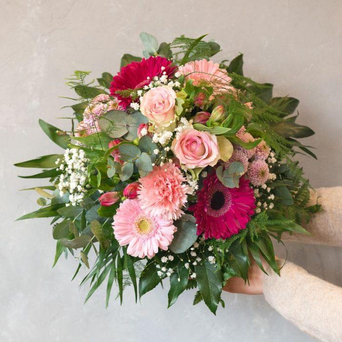 Denise: rund gebundener Blumenstrauß, gestaltet mit rosa Gerbera, rosa Santini, rosa Inka-Lilie, pinkfarbener Gerbera, weißem Schleierkraut, Eukalyptus und frischem Blattwerk. Blumenversand, Blumenlieferung