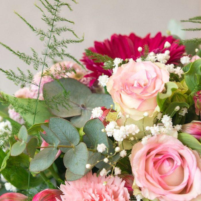 Detailfoto Denise: rund gebundener Blumenstrauß, gestaltet mit rosa Gerbera, rosa Santini, rosa Inka-Lilie, pinkfarbener Gerbera, weißem Schleierkraut, Eukalyptus und frischem Blattwerk. Blumenversand, Blumenlieferung