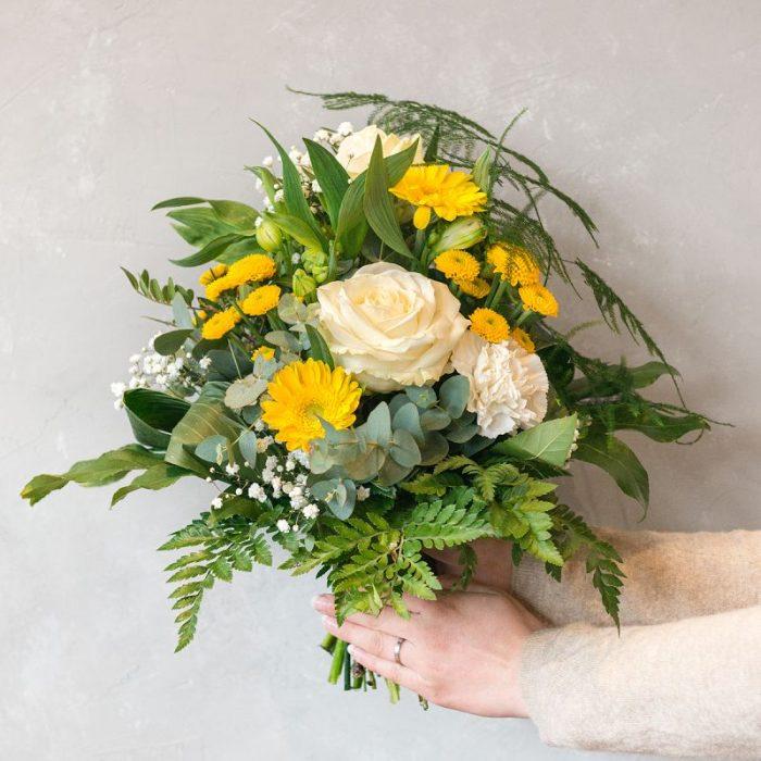 rund gebundener Blumenstrauß, gestaltet mit gelber Santini, weißer Rose, gelber Germini, weißem Schleierkraut, Eukalyptus und frischem Blattwerk. Blumenversand in Deutschland