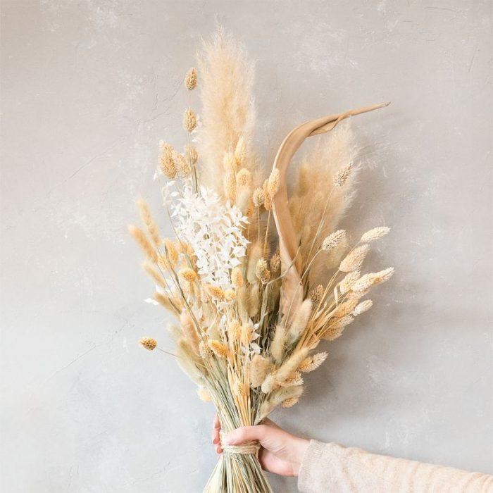 naturfarbener Trockenblumenstrauß aus Gräsern, gestaffelt gearbeitet