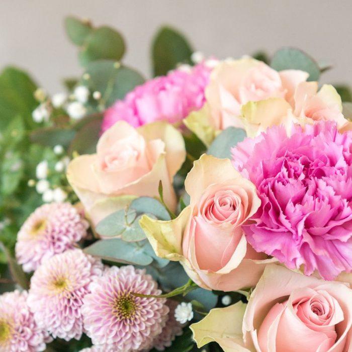 rund gebundener Blumenstrauß mit rosa Rosen, rosa Nelke und pinkfarbener Chrysantheme