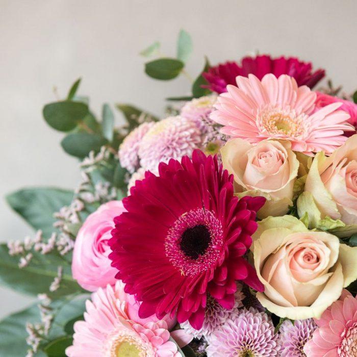 Niki - eine schöne Geschenkidee für jeden Anlass, rund gebundener Blumenstrauß mit rosa Gerbera, pink Germini, Ranunkel, Rose und Strandflieder, diese Blumen liefern wir gern in Hamburg, Bremen, Oldenburg, Vechta, Osnabrück, Düsseldorf und jede andere Stadt, einfach beim Blumenversand Interfleur online bestellen