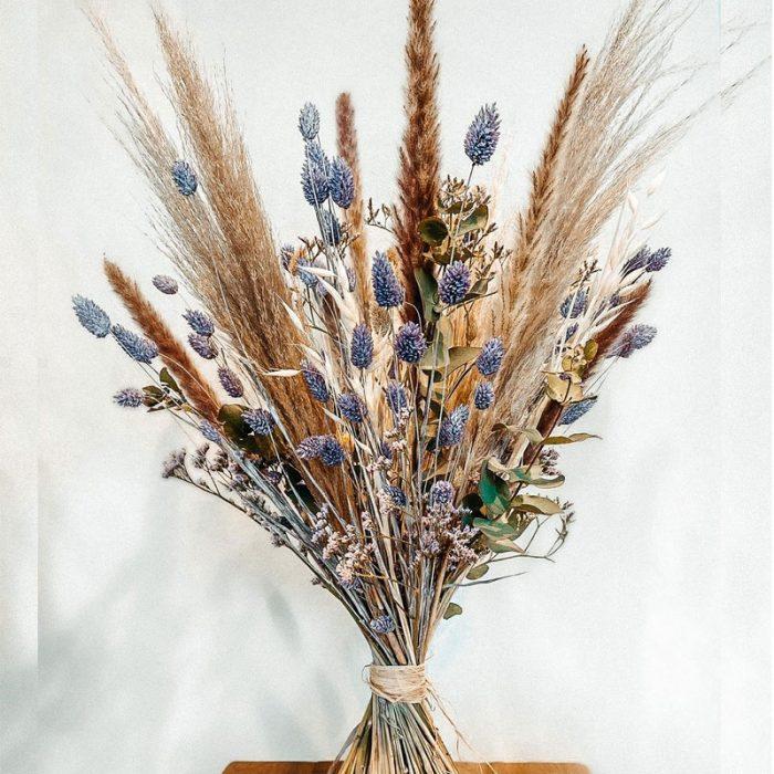 hoher Trockenblumenstrauß, lila und naturfarben