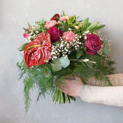Carolina ist mit Anthurium, Dianthus, Alstroemerias und Rosen gestaltet. Ein Strauß mit Anthurie strahlt besonders viel Liebe aus. Mach Deinen liebsten bei dem nächsten Geburtstag, Jubiläum, oder anderen Feierlichkeit mit unserem Strauß Carolina glücklich Diese Blumen liefern wir gern deutschlandweit, wie z.B. nach Hamburg, Bremen, Oldenburg, Vechta, Osnabrück, Düsseldorf, Frankfurt, München, Köln und jede andere Stadt, einfach beim Blumenversand blumen-interleur.de bestellen