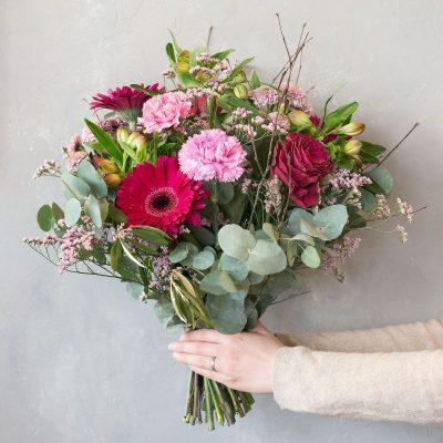 Kathi – ein Strauß mit dem Sie einem lieben Menschen einfach mal wieder eine Freude machen können. Der Strauß passt zu allen Gelegenheiten, ob als Geburtstagsblumen, als Dankeschön, als Genesungsgruß oder einfach mal zwischendurch. In diesem traumhaften Bouquet haben wir Kathi Diese Blumen liefern wir gern deutschlandweit, wie z.B. nach Hamburg, Bremen, Oldenburg, Vechta, Osnabrück, Düsseldorf, Frankfurt, München, Köln und jede andere Stadt, einfach beim Blumenversand blumen-interleur.de bestellen
