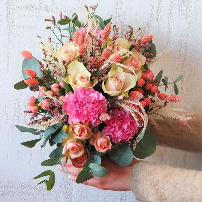 """Melanie - Sagen Sie mit Melanie DANKE, oder einfach nur: """"…Schön, dass du immer für mich da bist"""". Manchmal sagen Blumen mehr als 1000 Worte. Melanie ist ein beeindruckendes Kunstwerk bei dem sich rosa Phalaris, zarte Helecho, herrliche Dianthus, mit edlen Rosen und romantischem Limonium zusammenfügen. Eucalyptus vervollständigt das herrliche Arrangement. Diesen in 100% Handarbeit gefertigten Blumenstrauß liefern wir gern deutschlandweit, wie z.B. nach Hamburg, Bremen, Oldenburg, Vechta, Osnabrück, Düsseldorf, Frankfurt, München, Köln und jede andere Stadt. Einfach Blumen liefern mit Blumenversand blumen-interleur.de bestellen."""