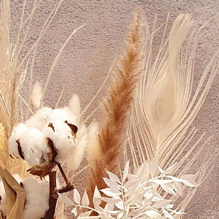 Trockenblumenstrauß Tammi wird ein Traum wahr. Strauß Tammi ist das Trendbouquet für 2021!!!! Das perfekte Geschenk für jeder Geburtstag, Hochzeitstag.... oder Jubiläum. Mit Baumwolle Blüten füllt sich Strauß Tammi, weich & gemütlich zuhause ein. Die perfekte Ergänzung für Ihr Interior. Diesen Hoop liefern wir gern deutschlandweit, wie z.B. nach Hamburg, Bremen, Oldenburg, Vechta, Osnabrück, Düsseldorf, Frankfurt, München, Köln und jede andere Stadt, einfach beim Blumenversand blumen-interleur.de bestellen