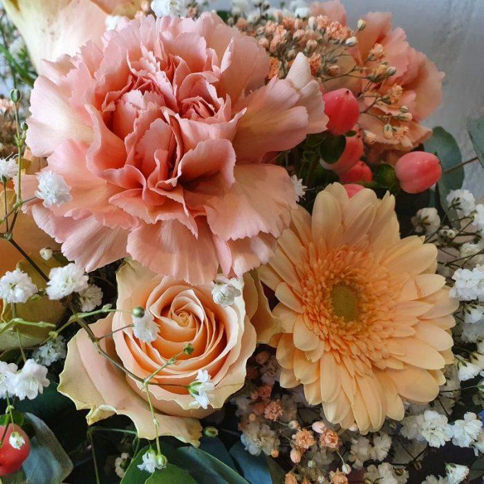 Gabi – der romantische Blumenstrauß ist Balsam für jeder Seele. Diese zarte Kombination von edlen Rosen, verzweigte märchenhafte Trost Rosen, Hypericum – Rose, leuchtende Germini, Diantus und filigranes Schleierkraut in Weiß und Lachs lassen diesen Strauß sehr romantisch wirken. Die ganze Schönheit wird mit Eucalyptus abgerundet. Diesen in 100% Handarbeit gefertigten Blumenstrauß liefern wir gern deutschlandweit, wie z.B. nach Hamburg, Bremen, Oldenburg, Vechta, Osnabrück, Düsseldorf, Frankfurt, München, Köln und jede andere Stadt. Einfach Blumen liefern mit Blumenversand blumen-interleur.de bestellen.