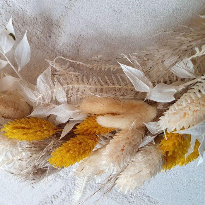 LIZ – So zart, so sanft, so wunderschön ist unser Trockenblumenkranz LIZ. Diese wunderschöne Kombination aus weichen Lagurus, zarten Phalaris, gebleichtem Ruskus und Helecho ist ein absoluter Hingucker, nicht nur für Trockenblumen Liebhaber. LIZ ist eine wunderbare Geschenkidee zu Geburtstag, Hochzeitstag, oder einfach um mal Danke zu sagen. Dieses wunderbar gefertigte Arrangement liefern wir gern deutschlandweit, wie z.B. nach Hamburg, Bremen, Oldenburg, Vechta, Osnabrück, Düsseldorf, Frankfurt, München, Köln und jede andere Stadt. Einfach Blumen liefern mit Blumenversand blumen-interleur.de bestellen