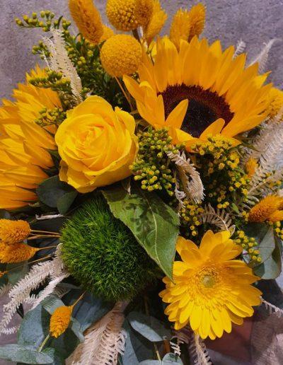 Zara - ist ein toller Sommergruß an alle, denen Sie etwas Besonders sagen wollen. Keine andere Blüte symbolisiert den Sommer so stark, wie der Sonnenblumen. Machen Sie Ihre liebsten glücklich und verschenken Sie diese wunderschöne Kombination von Sonnenblumen, zartem Solidago, edlen Rosen, Germinis, kugelige Craspedia und Dry Flowers. Das ganze noch mit Eukalyptus modern abgerundet. Dieses wunderbar gefertigte Arrangement liefern wir gern deutschlandweit, wie z.B. nach Hamburg, Bremen, Oldenburg, Vechta, Osnabrück, Düsseldorf, Frankfurt, München, Köln und jede andere Stadt. Einfach Blumen liefern mit Blumenversand blumen-interleur.de bestellen.