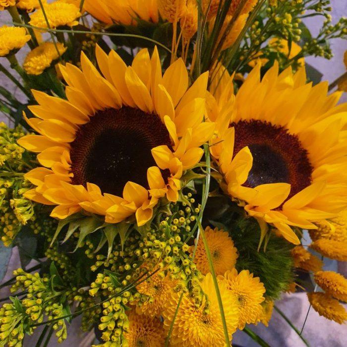 Enni - ist ein toller Sommergruß an alle, denen Sie etwas Besonders sagen wollen. Keine andere Blüte symbolisiert den Sommer so stark, wie der Sonnenblumen. Machen Sie Ihre liebsten glücklich und verschenken Sie diese wunderschöne Kombination von Sonnenblumen, zartem Solidago, edlen Rosen, Germinis, kugelige Craspedia und Dry Flowers. Das Ganze noch mit Eukalyptus modern abgerundet. Dieses wunderbar gefertigte Arrangement liefern wir gern deutschlandweit, wie z.B. nach Hamburg, Bremen, Oldenburg, Vechta, Osnabrück, Düsseldorf, Frankfurt, München, Köln und jede andere Stadt. Einfach Blumen liefern mit Blumenversand blumen-interleur.de bestellen.